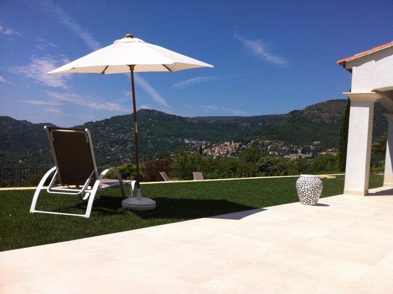 Villa Mirena Zimmer Hibiskus: B&B, Pool, Aussicht, location de vacances à Tourrettes-sur-Loup