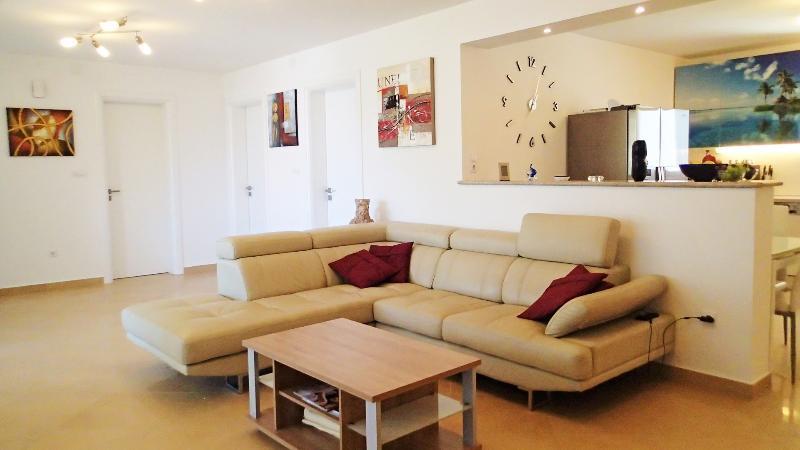Appartement woonkamer en keuken - 60 m² van functionele ruimte verbonden met het grote balkon