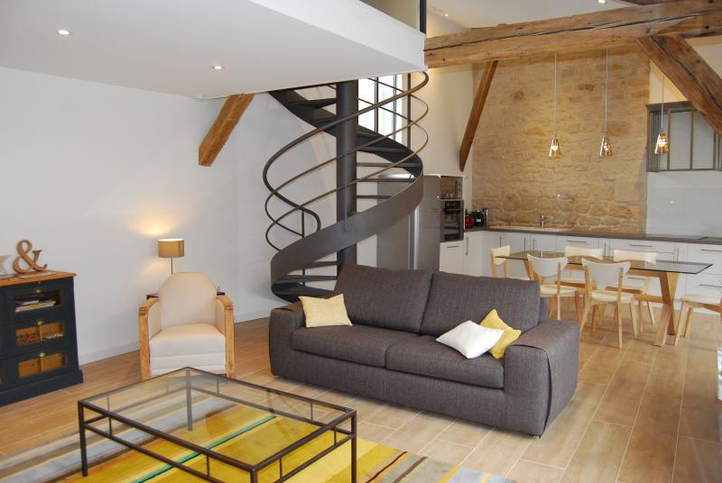 Loft rénové dans atelier maréchal ferrand Côté Jardin à Suippes, vacation rental in Chalons-en-Champagne