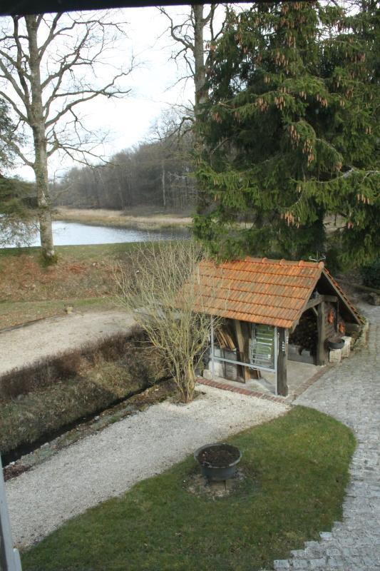 vue sur barbecue couvert ,étang et le terrain de boules depuis chambre triple