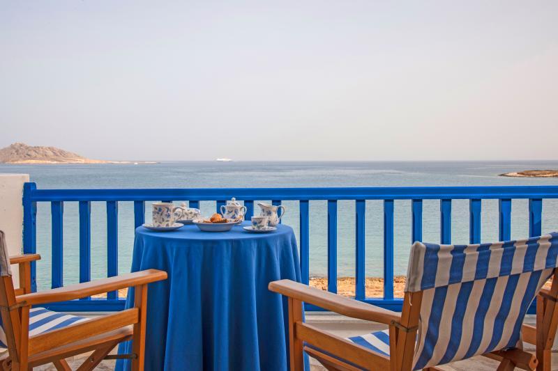 Sea Front Villa in Naousa Paros, aluguéis de temporada em Naoussa