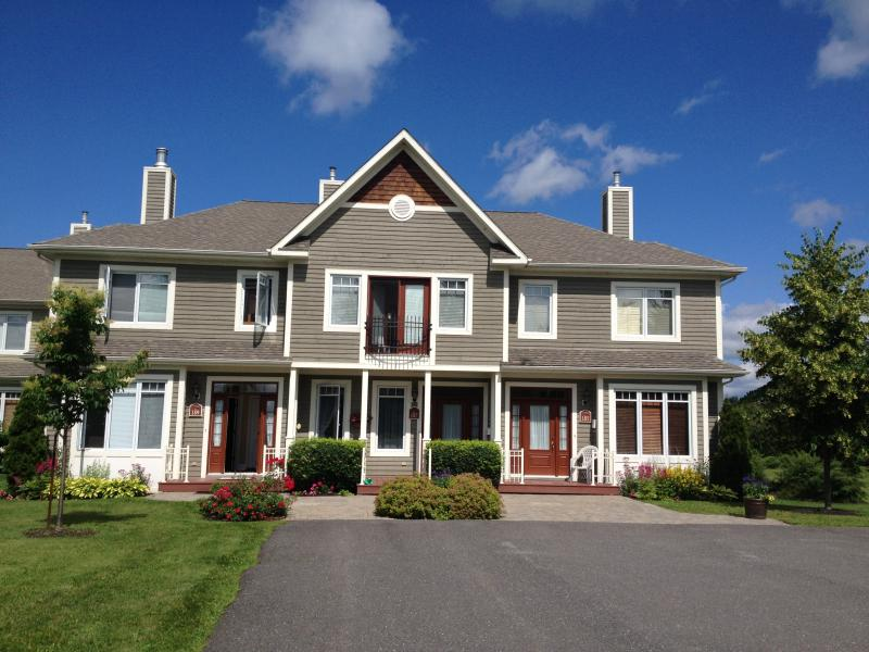 Lake Memphremagog Magog Walk to Town! Amazing!, holiday rental in North Hatley