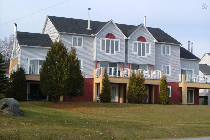 Magog Townhouse Walk to Lake, holiday rental in Magog
