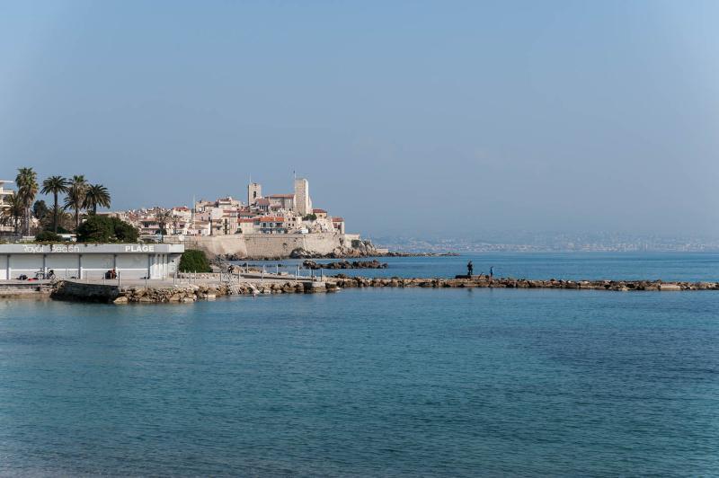 Vue depuis la plage en face, vue des Remparts, le Musée Picasso et la vieille ville