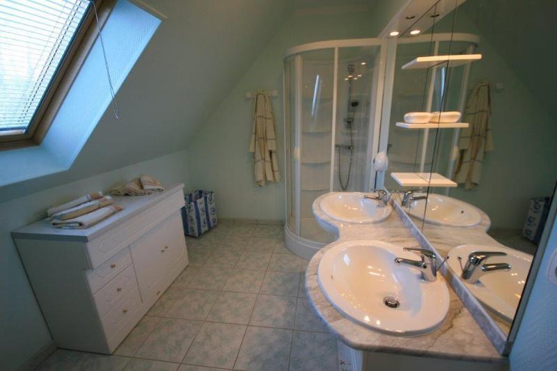 Primera planta: Dos grandes salas de ducha, ambos con dos lavabos.