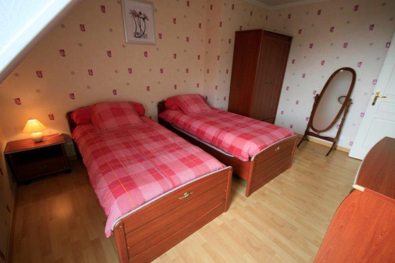 Habitación 2: habitación doble con acceso a la primera planta terraza amueblada.