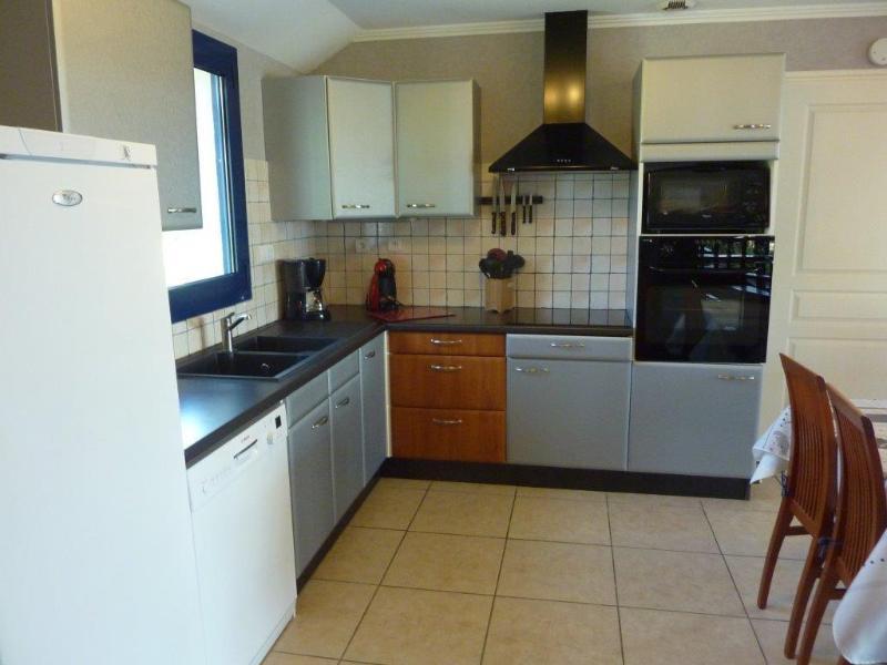Equipada área de cocina junto al comedor.