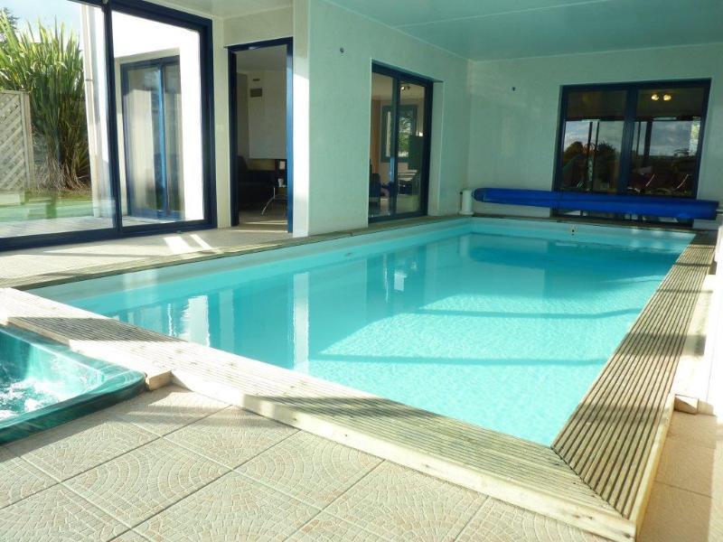 Privada, piscina cubierta climatizada y jacuzzi.