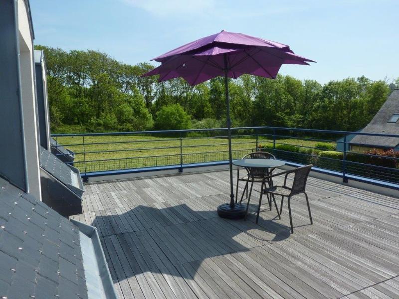 En primer piso de la terraza ideal para relajarse y tomar el sol.