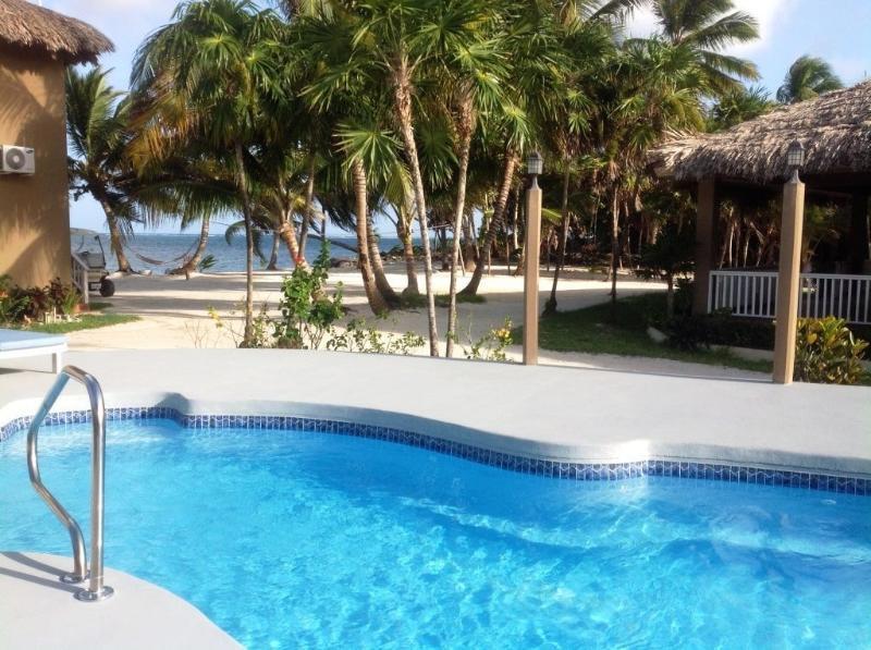 La vista desde una de las tres piscinas del complejo refrescantes.