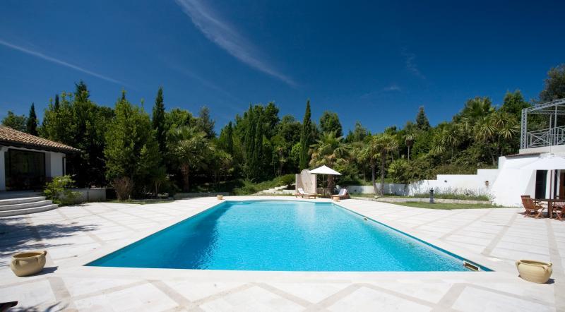 piscina m.8 per m.16 , profonda da cm cm. 90 a 3 metri per tuffi .