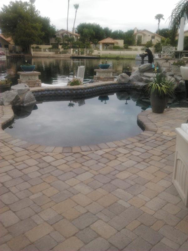 Este patio trasero en el lago y; piscina