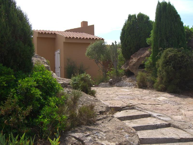 Monolocale in villa bifamiliare con giardino e parcheggio, vacation rental in Province of Carbonia-Iglesias