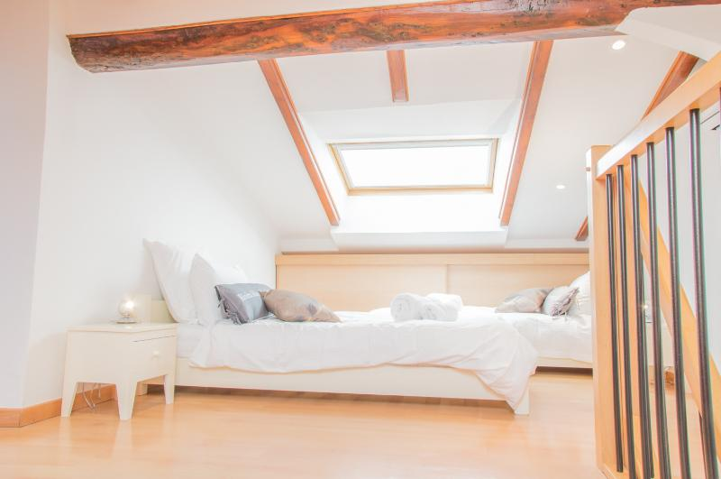Deuxième chambre de style loft avec 2 lits simples (90cm)