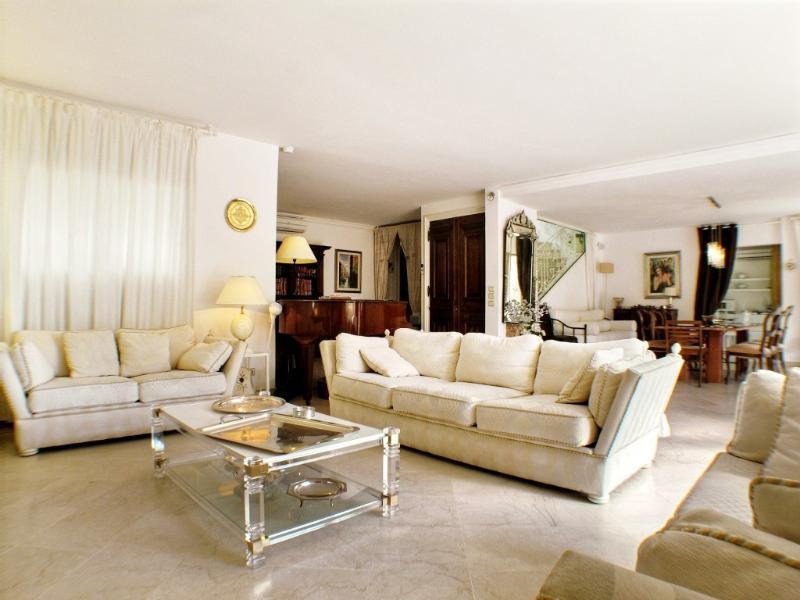 Lounge area with home cinema & HI-FI system
