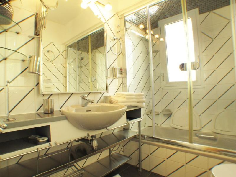 Bathroom with 'Hammam' option : bathtub equipped with shower, 2 relevables seats for your comfort du