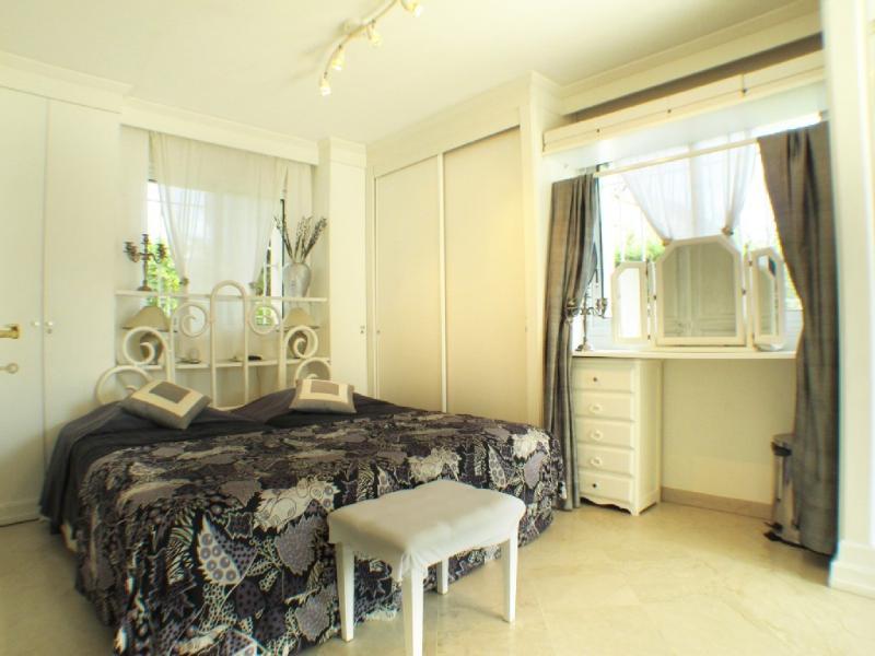 White Bedroom 2 beds 90, air-conditioning  + en suite shower, sun terrace, .