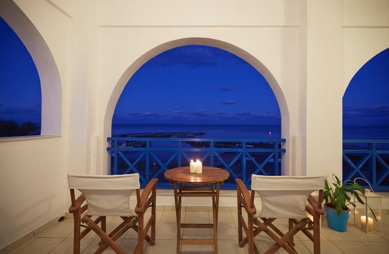 Rodothea on the Beach- Santorini-Monolithos, vacation rental in Monolithos