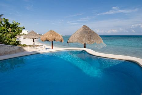Playa Caribe #4 Magical 2br beachfront condo sleeps 6 pool, central AC, gorgeous, aluguéis de temporada em Akumal