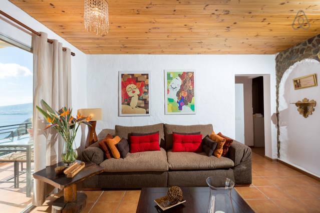 muito espaçoso e confortável, com um enorme sofá, televisão de 40 polegadas e um salão com vista para o mar.