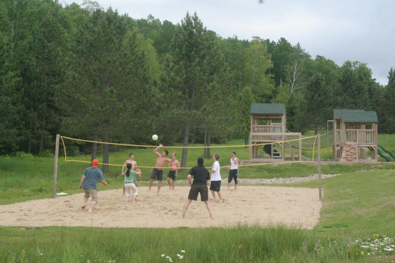Voleibol de playa cualquiera - juegos infantiles en el fondo
