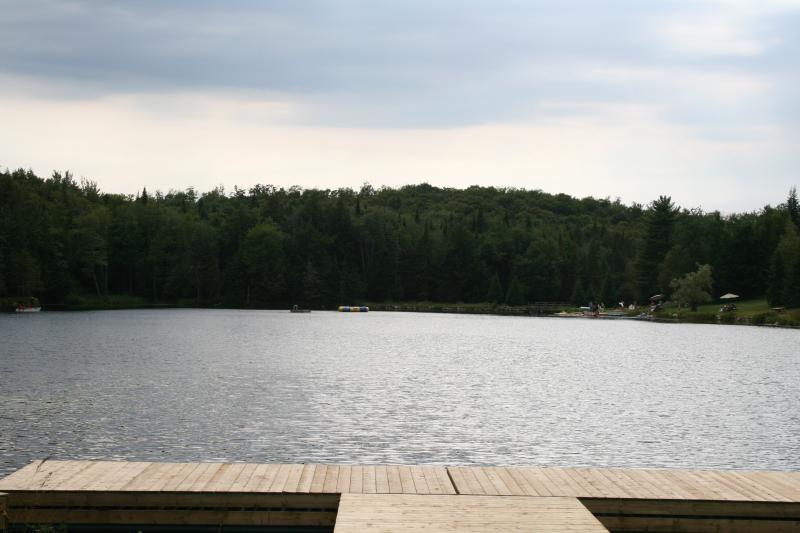 El lago desde el muelle principal del Club