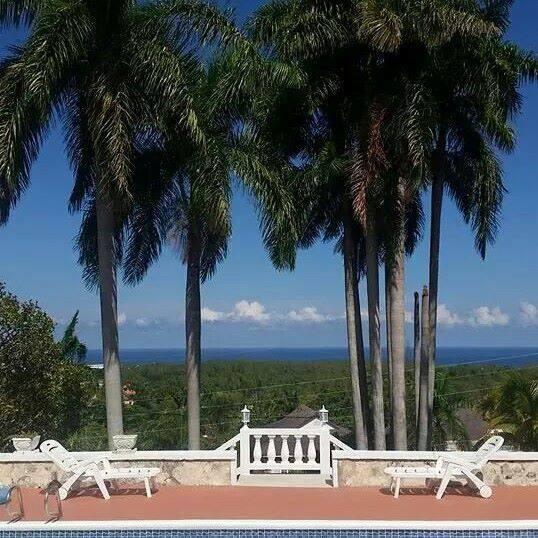 4 Bedroom Luxury Sea View Villa, alquiler vacacional en Ironshore