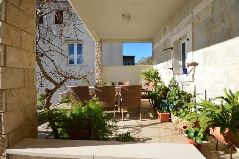 charming stone house, aluguéis de temporada em Lokva Rogoznica
