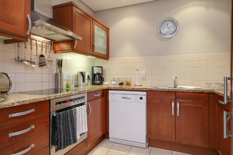 Fully equipped kitchen, with fridge, freezer, dishwasher and microwave