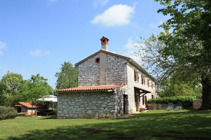 Rustic house in Visnjan with huge garden, pet friendly, free bikes, Ferienwohnung in Visnjan