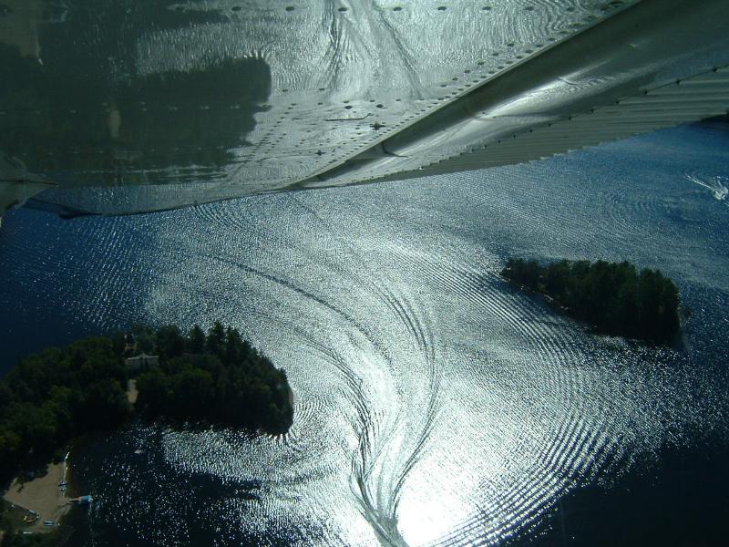 Surrealistische weergave van eiland van een Cessna float vliegtuig