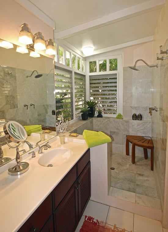 Gran paseo en duchas de mármol estilo jardín