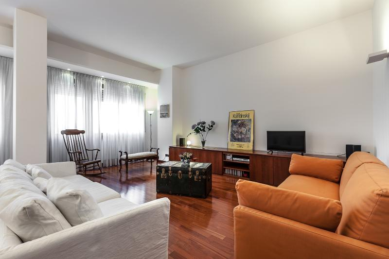MILANO DARSENA APARTMENT, Overlooking the Navigli Canals, Milan City center, holiday rental in Corsico
