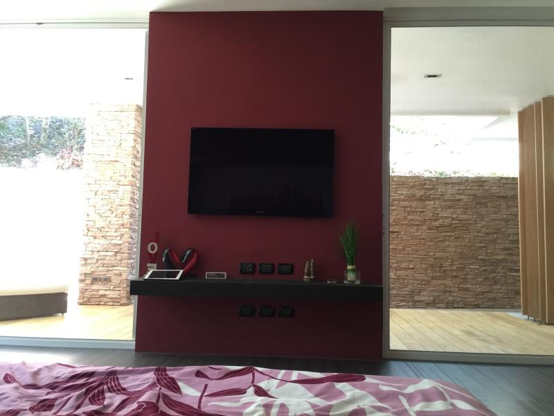 47' SONY 3D HDTV & BLUE RAY DVD PLAYER, Cable TV Channels, FREE UNLIMITED Cabled Internet & Wi-Fi