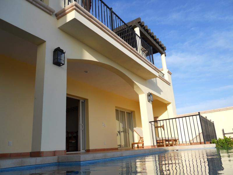 Balcón con vistas a la piscina y el océano a continuación y terraza de la piscina