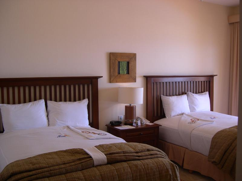 Dormitorio con dos camas tamaño queen