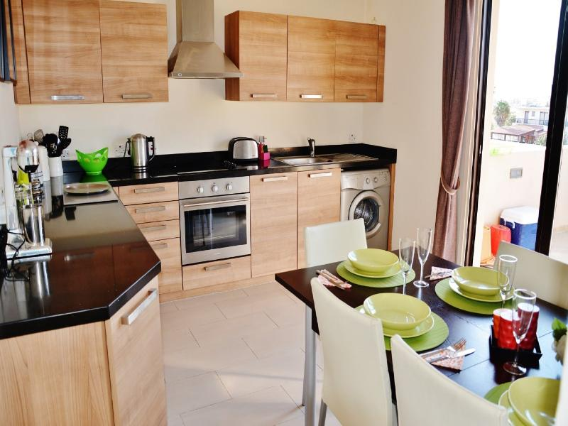 3 Bedroom Apartment by the Sea, vacation rental in Pervolia