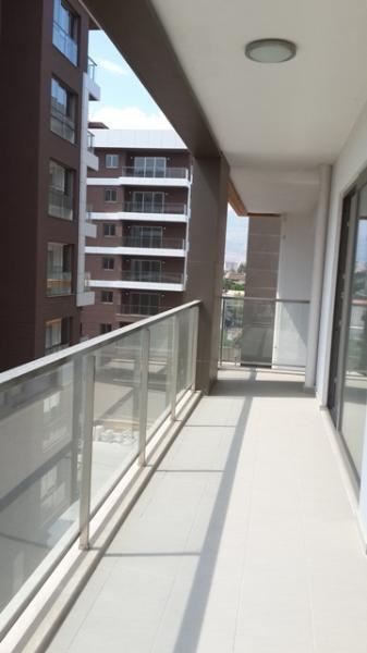 Balcone circondati tre lati dell'appartamento.