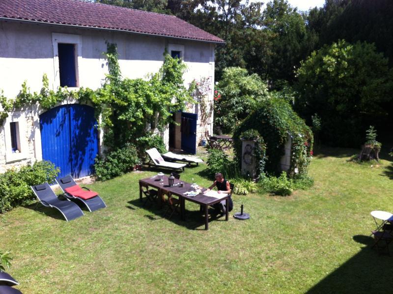 Le gîte L'Ecurie se situe dans la cour de La Maison d'Hôtes et Gîtes de Charme 'Le Nid des Oiseaux.