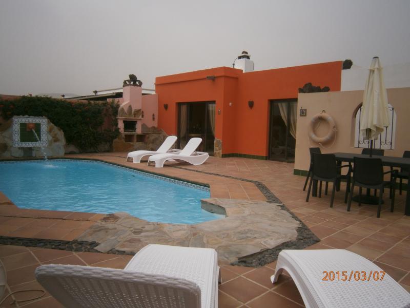 Casa vue sur piscine et fontaine