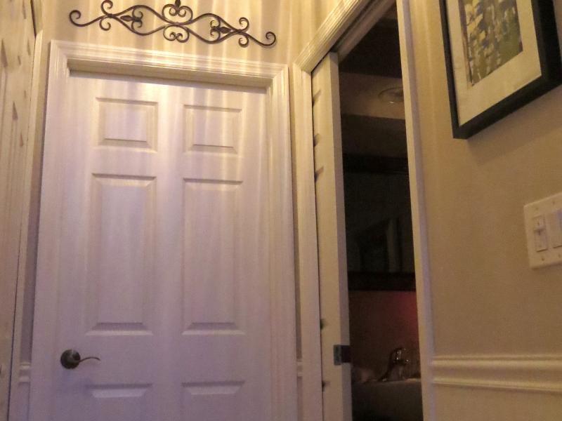 Hall d'entrée à la moitié de bain, Salle de lavage et Garage