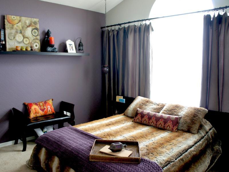 Chambre d'inspiration marocaine avec prime oreiller Matelas grand et TV à écran plat