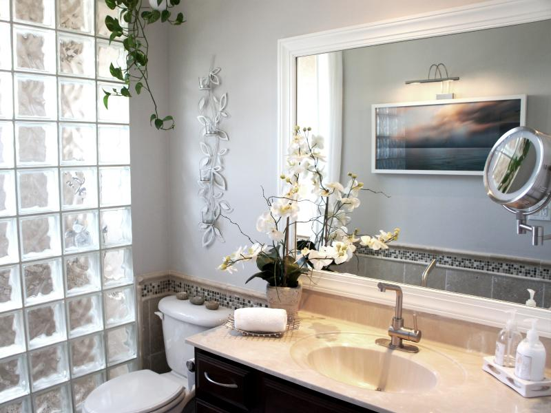 Spa-Salle de bains avec douche comme Pebble et un bloc de verre mur