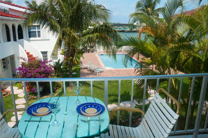 Lovely One-bed waterfront Condo near Beach & shops, aluguéis de temporada em Freeport