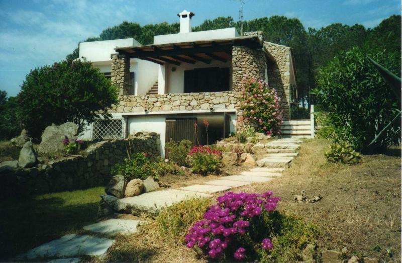 Villa a pochi passi dal mare cristallino, holiday rental in Santa Teresa Gallura