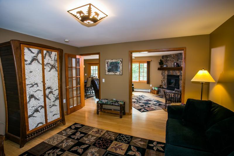 1er piso sala de estar / dormitorio con Queen Size sofá cama (vista 1)