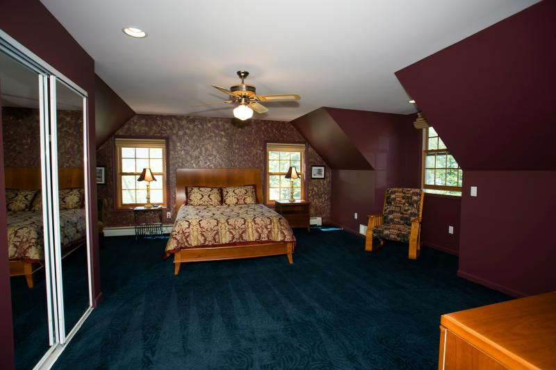 Dormitorio principal en segundo piso con cama Tempurpedic Queen Size (vista 1)