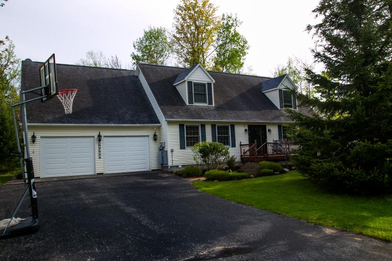 Frente de casa mostrando baloncesto neto