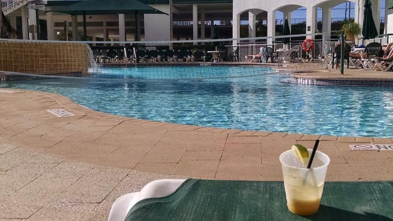 Zwembad - mooie lounge stoelen, tiki bar.