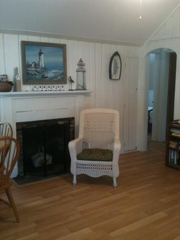 Salon avec cheminée avec plat écran tv